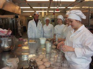 Bäcker-und Konditor-Azubis bei der der Produktion
