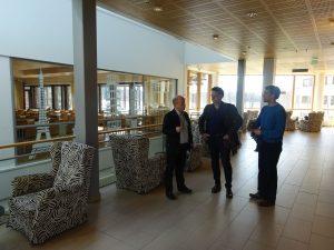 Jukka Koivisto (links), Abteilungsleiter Wirtschaft, führte uns durch den Standort Primus Campus in Jyväskylä, der neben der Gastronomie und Tourismus auch ein Tagungszentrum beherbergt. Hier bietet die Schule externen Kunden komplette Veranstaltungspakete für Familienfeiern, Konferenzen und Vorträgen an. Mittendrin - die Auszubildenden,verschiedener Berufsfelder, die sich um die Gäste kümmern.